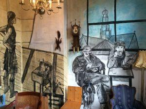 Opgezette eekhoorn, verwerkt in muurschildering