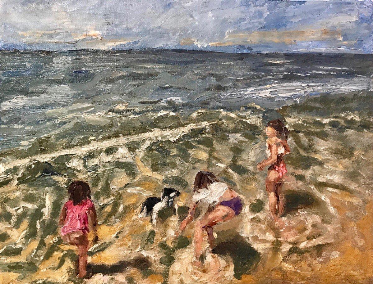 spelende meisjes en Joep op het strand in Normandië