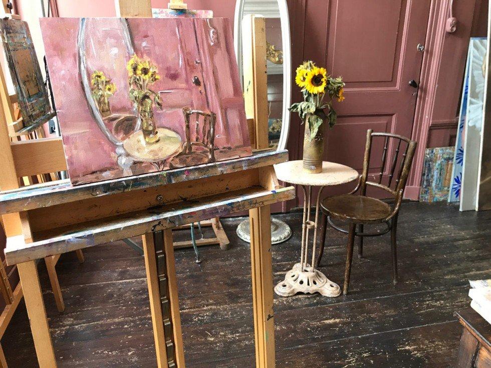 Stilleven interieur met zonnebloemen in vaas