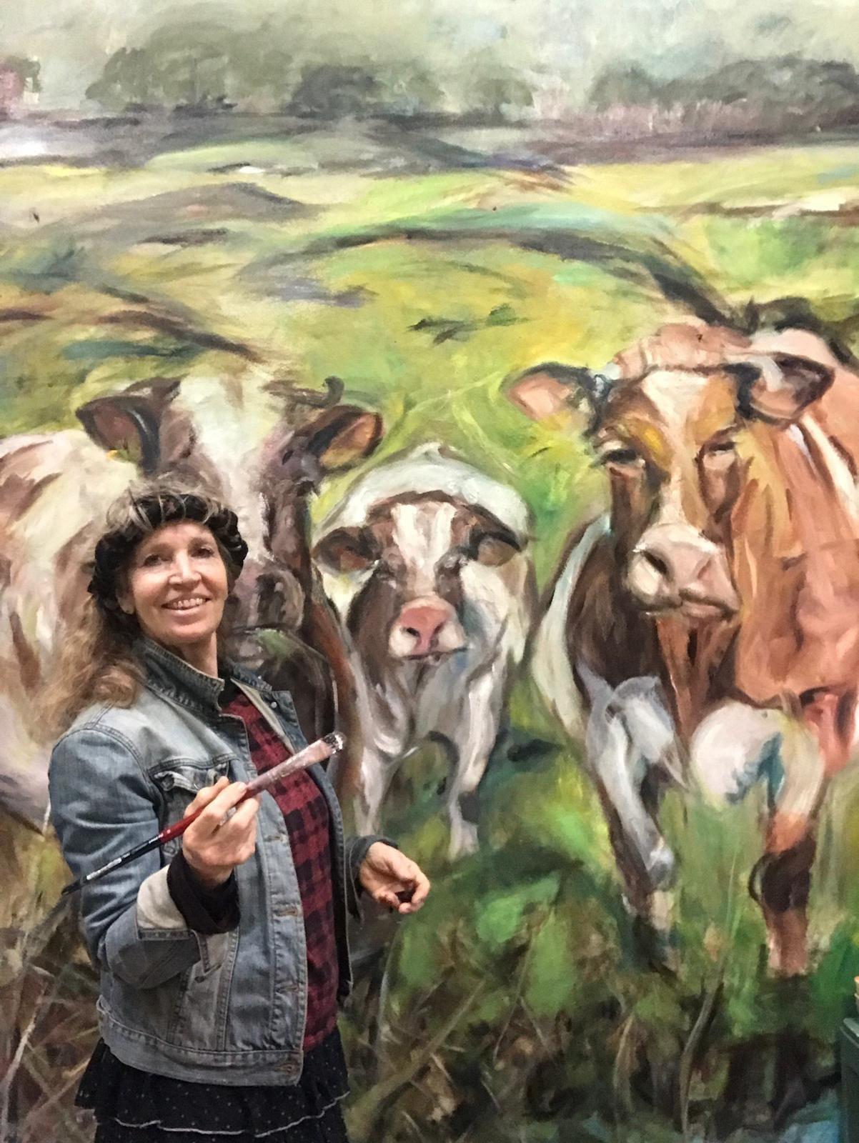 Online schilderlessen en online schildercursussen. Ella Looise, Atelier Haarlem, Muurschildering in olieverf met koeien, zelfportret Ella Looise.